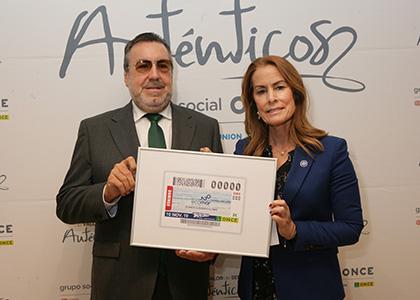 Miguel Carballeda y Theresa Zabell, con la lámina enmarcada del cupón dedicado al 20 aniversario de la Fundación Ecomar