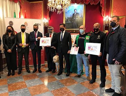 Foto de familia de la presentación del cupón dedicado a los bomberos de Granada