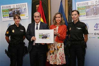 Francisco Pardo y Patricia Sanz, entre las dos agentes que aparecen en el cupón de la ONCE dedicado a los 40 años de la mujer en la Policía Nacional