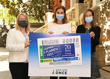 De izquierda a derecha, Carmen Bayarri, Carmen Posadas y Patricia Sanz, con una copia gigante del cupón dedicado a los 70 años del Premio Planeta