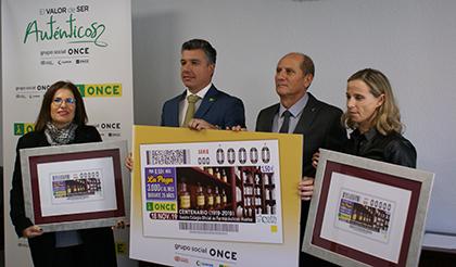 Foto de familia de la presentación del cupón de la ONCE dedicado al Centenario del Colegio de Farmacéuticos de Huelva