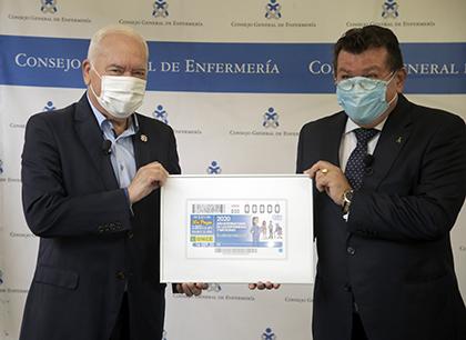 Florentino Pérez Raya, a la izquierda, y Ángel Sánchez, con una copia enmarcada de este cupón