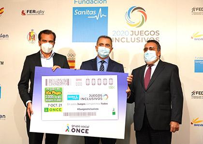 Iñaki Peralta, José Manuel Franco y Miguel Carballeda posan con una copia gigante del cupón dedicado a los Juegos Inclusivos
