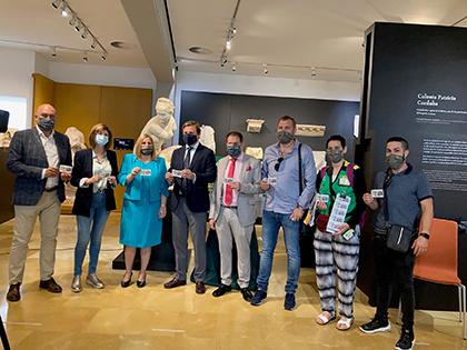 FOTO DE FAMILIA DE LA PRESENTACIÓN DEL CUPÓN DEDICADO AL MUSEO ARQUEOLÓGICO DE CÓRDOBA