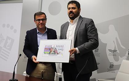 Miguel Ángel Gallardo, alcalde de Villanueva de la Serena, y Fernando Iglesias, delegado territorial de la ONCE en Extremadura, con una copia del cupón