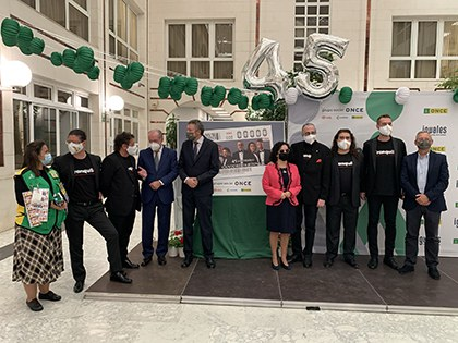 Foto de familia de la presentación del cpón dedicado a los 45 años de Caantores de Híspalis