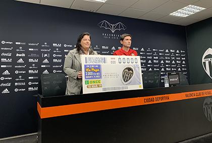 El entrenador del Valencia CF, Marcelino García Toral, y la subdelegada territorial ONCE CV, Belén Boronat Rios, presentan el cupón del Centenario del Valencia