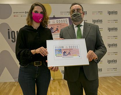 Noelia Vera y Miguel Carballeda, con una copia enmarcada de este cupón