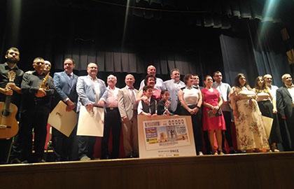 Foto de familia de todos los participantes en la presentación del cupón del 5 de agosto
