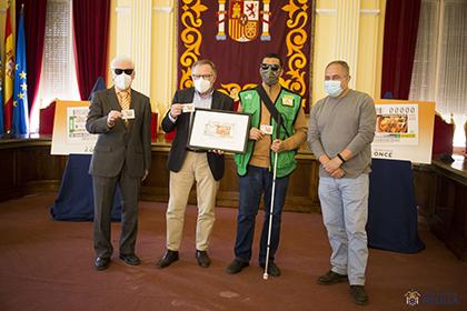 Foto de familia de la presentación del cupón de la ONCE dedicado al tajine con verduras melillense