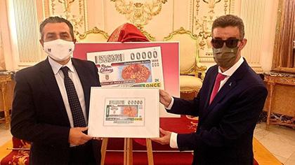 Carlos Rontomé y Juan Antonio Moreno, con una copia enmarcada del cupón