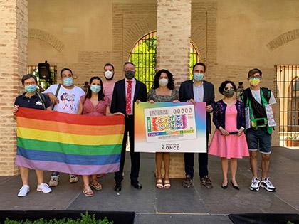 Foto de familia de la presentación, en Sevilla, del Cupón dedicado al Orgullo