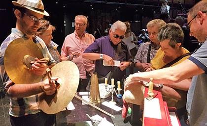 Un grupo de afiliados tocan el atrezzo en el TNC