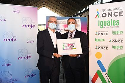 Táboas y Carballeda sostienen una copia enmarcada del cupón de la ONCE dedicado al 80 aniversario de Renfe