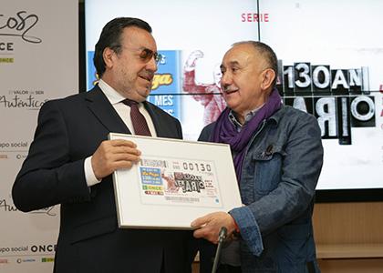 Miguel Carballeda y Pepe Álvarez, con una copia enmarcada del cupón que la ONCE dedica al 130 aniversario de UGT