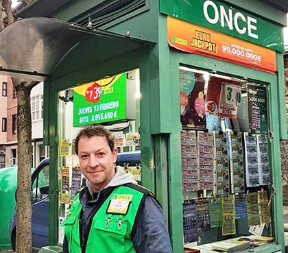 Roberto Sierra, uno de los vendedores que ha repartido pemios, en su caso en Bilbao