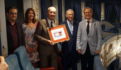 Foto de familia de la presentación del cupón del 26 de agosto dedicado al Teatro Cervantes de Málaga