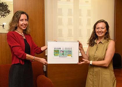 Patricia Sanz entrega a Victoria Rosell una lámina enmarcada de este cupón