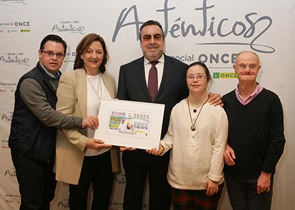 Álvaro del Bosque, Inés Álvarez, Miguel Carballeda, Clara Lillo y ALfonso Ruiz, presentan el cupón del Día Mundial del Síndrome de Down