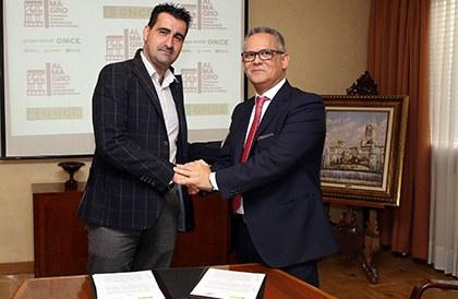 Ignacio García y Ángel Luis Gómez se estrechan las manos tras la firma del convenio