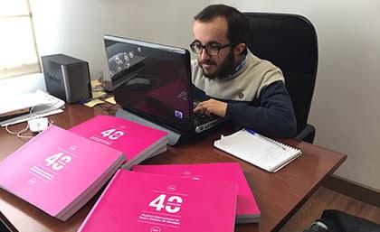 Felipe Mateos trabajando en su despacho de Comunicación del Festival
