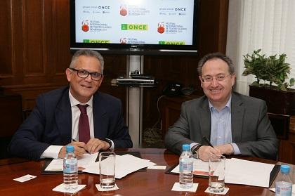 A la derecha Ángel Luis Gómez y a la izquierda Jesús Cimarro firmando el convenio