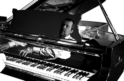 Ignasi Terraza tocando el piano