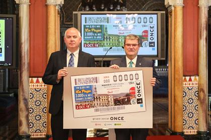 El jefe de Juego de ONCE Euskadi y el alcalde de Bilbao muestran el cupón