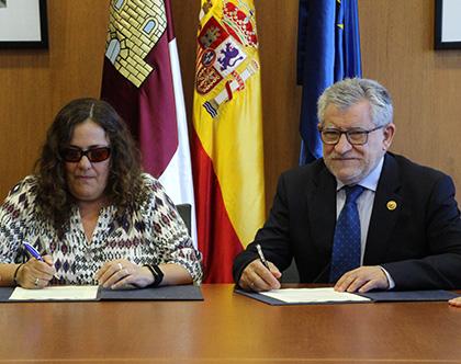 Ángel Felpeto y  Ana Isabel Ruiz, durante la firma del acuerdo
