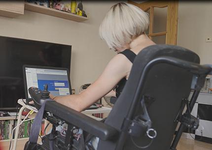 Esther Sanz, personas con discapacidad de Extremadura, trabajando frente a su ordenador