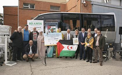 Foto de familia de la donación de material adaptado al pueblo saharaui