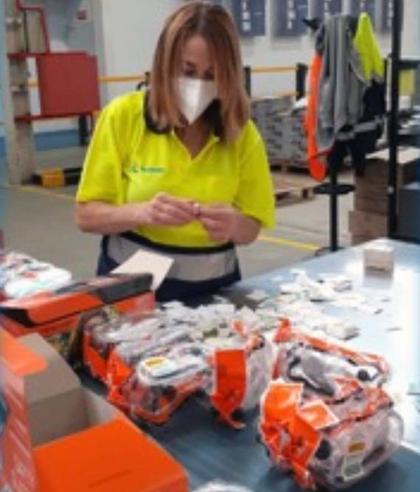 Operaria de Ilunion prepara gafas para La Palma