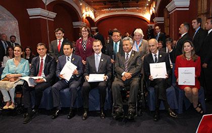 Foto de familia con el Rey Felipe VI y jefes de Estado mostrando la versión braille del Programa Iberoamericano