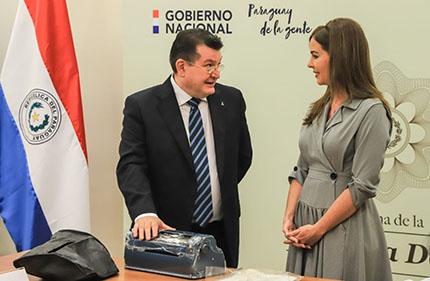 El director general de la ONCE, Ángel Sánchez, hablando con la primera dama de Paraguay