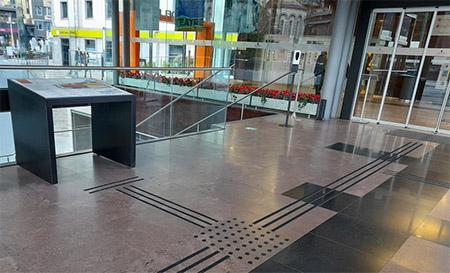 Centro de convenciones con señalética y mapa en altorrelieve