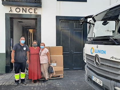 Personal de la ONCE e Ilunion, junto a varias cajas con gafas, ante la sede de la ONCE