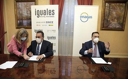El presidente del Grupo Social ONCE, Miguel Carballeda, y el presidente de Enagás, Antonio Llardén, firman el acuerdo