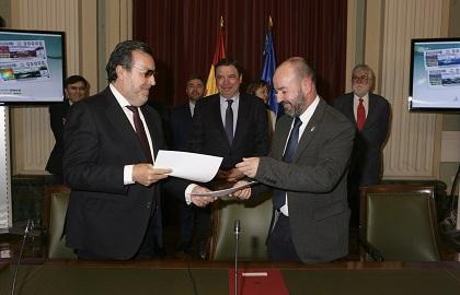 Miguel Carballeda, Luis Planas y José Basilio Otero, tras la firma del acuerdo