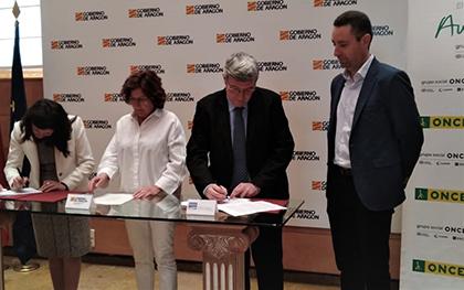 Firma del convenio entre el Instituto Aragonés de Servicios Sociales y la ONCE