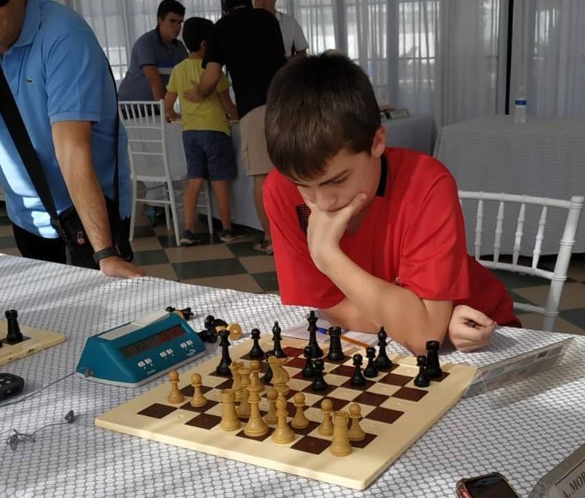 Aarón San Juan jugando a ajedrez