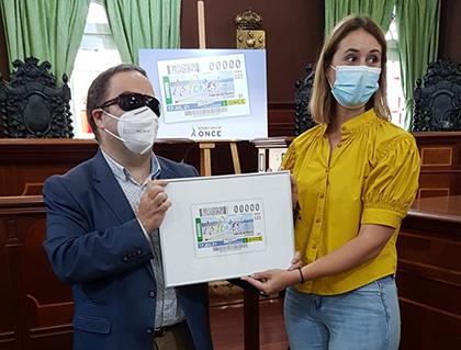 Carlos Fernández Lamigueiro y Elena López Seco, con una copia enmarcada del cupón