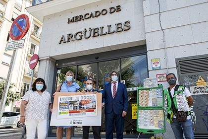Foto de familia de la pesentación del cupón de la ONCE dedicado al Mercado de Argüelles en Madrid
