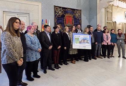 Foto de familia de la presentación del cupón dedicado al Mercado Central de Alicante