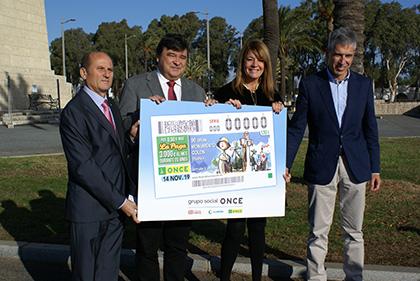 Foto de famila de la presentación del cupón dedicado al 90 aniversario del Monumento a Colón, en Huelva