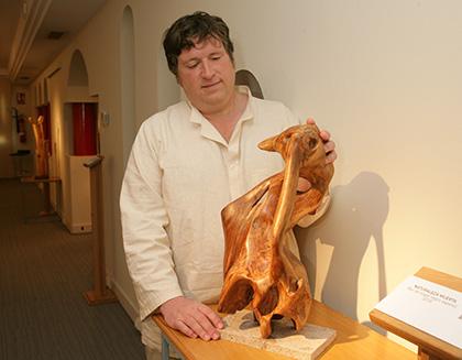 El escultor afiliado a la ONCE Rubén González, con una de las obras que expone en el Museo Tiflológico de la ONCE
