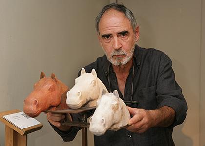 Antonio Madueño posa junto a una de la sobras que expone en el Museo Tiflológico de la ONCE