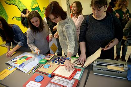 Varias de las asistentes al taller tocan algunos de los materiales utilizados en la educación de personas ciegas