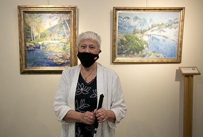 Cristina Gutiérrez Lafuerza, entre dos de sus cuadros expuestos en el Tiflológico