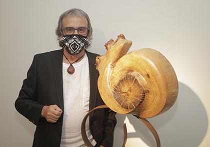 Teo Calvo, junto a una de las esculturas que expone en el Museo Tiflológico