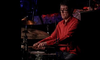 El músico ciego David Viñolas tocando la batería